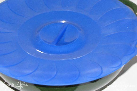 Добавить в грибы лимонный сок, соль, черный и кайенский перец. Перемешать, накрыть крышкой и отключить плиту.