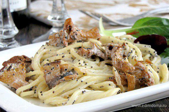 Выложить на тарелки и сразу подавать к столу. Дополнить блюдо любой зеленью. Я дополнила салатным миксом. Приятного аппетита!