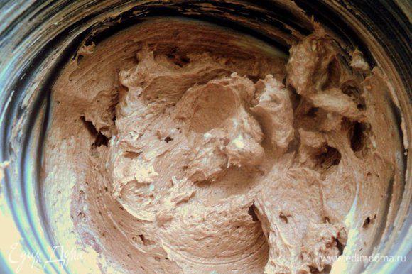 Во вторую часть добавить какао, размешать миксером.