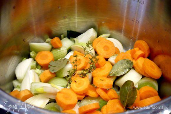 Для бульона используем кастрюлю объемом 3 литра. Лавровые листья замочим минут на 15 в кипятке, чтобы они стали более мягкие и легче надрезались. Все овощи промоем, морковь и лук очистим, у лука-порея отрежем грубую зеленую часть. Лук порежем восьмушками, морковь, лук-порей и сельдерей кольцами. Лавровые листья извлечем из воды и надрежем их. Зальем овощи с лавровыми листьями и тимьяном кипятком и доведем до кипения, затем посолим хорошо и будем варить под приоткрытой крышкой примерно 45 минут.