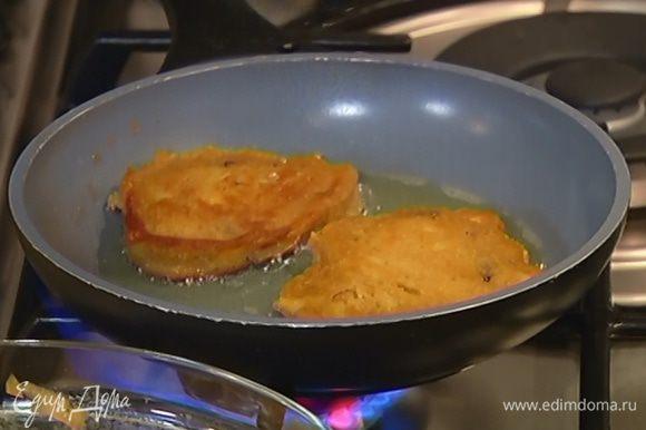 Разогреть в сковороде оливковое масло и жарить оладьи до золотистого цвета с двух сторон, затем выкладывать на бумажное полотенце, чтобы убрать излишки жира.