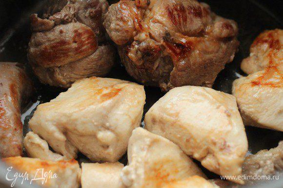 Курицу и свинину нарубить крупными кусками. Я брала свиную рульку. Мясо нужно обрезать, а кость пойдет в бульон. Обжарить в небольшом количестве оливкового масла на сильном огне.