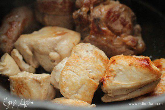 До золотистого цвета... Переложить в кастрюлю и залить водой так, чтобы она немного покрывала мясо. Довести до кипения, снять пену, уменьшить огонь и варить на слабом огне под крышкой 1,5 часа.