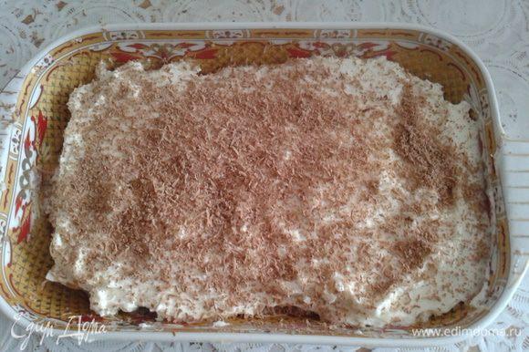 На печенье нанести крем и выложить второй слой печенья и снова крем. Сверху украсить натертым шоколадом. Поставить в холодильник часа на 3 и можно пить чай. Приятного аппетита.