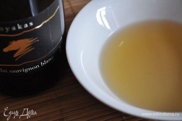 Из бисквита кольцом вырезать 2 круга. Пропитать каждое. Для этого смешать яблочный сок и вино.
