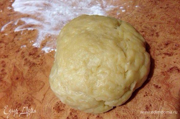 Постепенно добавляя муку, замесить мягкое, эластичное, не липнущее к рукам тесто. Тесто долго не вымешивать! Дать отдохнуть минут 10.