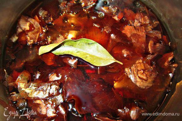 Луковую шелуху хорошо промыть в горячей воде. Залить водой и дать прокипеть 5 мин. Добавить горошины душистого перца, лавровый лист, туда же добавить луковицу целиком и прокипятить ещё 5 мин, лавровый лист вынуть.