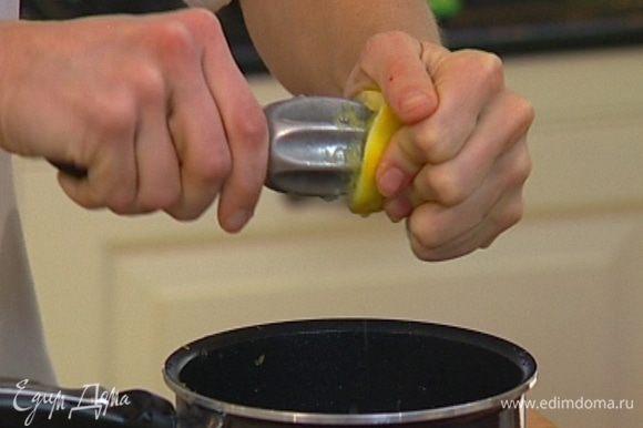 Из половинки лимона выжать сок и добавить в блендер.