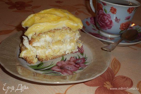 Бисквит разрезать на 3 пласта. Собираем наше пирожное следующим образом: бисквит, треть мусса, бисквит, половина курда, треть мусса, бисквит, оставшийся мусс и оставшийся курд. Положить на 2 часа в холодильник. Приятного аппетита!