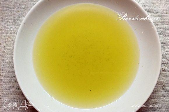 Готовим сироп. Смешать в миске теплый зеленый чай, мед и апельсиновый сироп. Перемешать и полностью охладить.