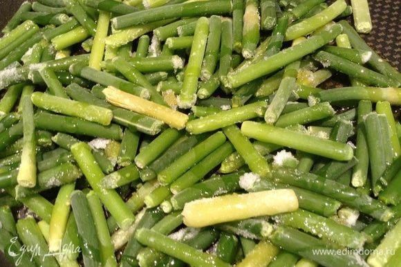 Чесночные стрелки обжарить на 1 ст л оливкового масла.