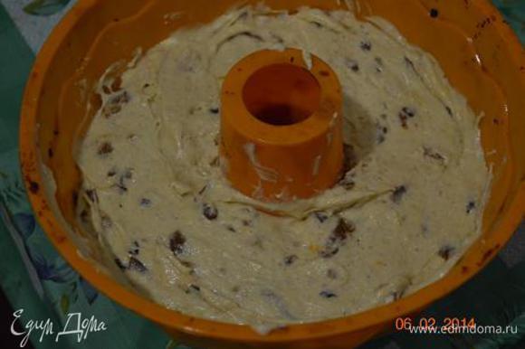 Вылить тесто в смазанную форму.