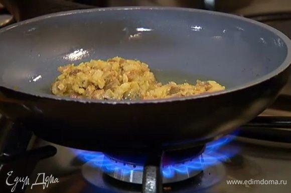 Сковороду, где обжаривался лук, протереть бумажным полотенцем, разогреть в ней оставшееся оливковое масло и ложкой выложить биточки на сковороду.