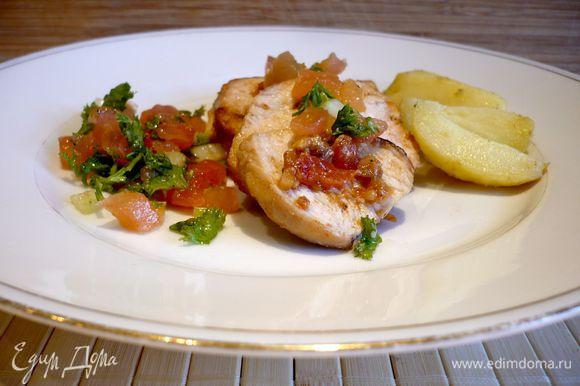 Угощаемся нашим фаршированным филе с салатом, а можно еще и с ломтиками сперва отваренного в мундире и затем поджаренного картофеля! Вкусноооо!