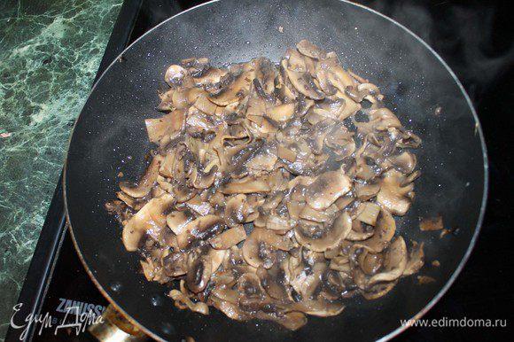 Взять грибы, хорошо промыть. Нарезать пластинками. Жарить на сливочном масле, пока лишняя жидкость не испарится.