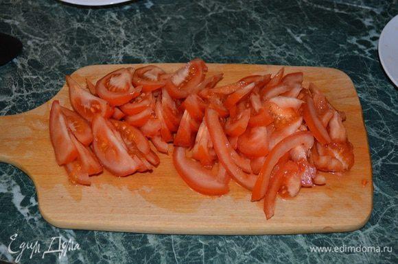В это время помидоры нарезаем брусочками или как Вам удобно.