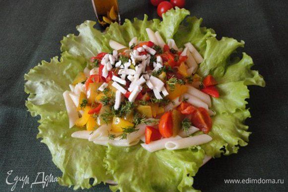 Готовую пасту выложить на листья салата, сверху овощи, посыпать рубленым укропом и кусочками брынзы. Альтернативный вариант подачи: в сковороду с овощами добавить укроп и брынзу, затем выложить пенне и перемешать.