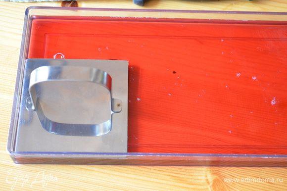 Малиновое желе режем на квадратики.