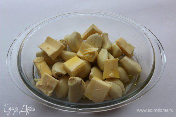 Чеснок очистить. Сложить зубчики в небольшую форму для запекания, полить оливковым маслом, добавить порезанное кусочками сливочное масло, посолить и поперчить...
