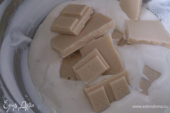 Сливки прогреть почти до кипения и выложить в них шоколад. Слегка перемешать и дать постоять 2-3 минуты. Хорошо размешать до однородной массы.