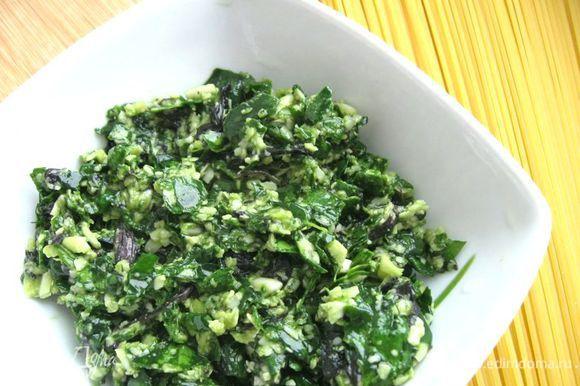 Шпинат и базилик измельчить. Добавить сыр, чеснок, соль, перец, оливковое масло (1 ст.л.). Перемешать.