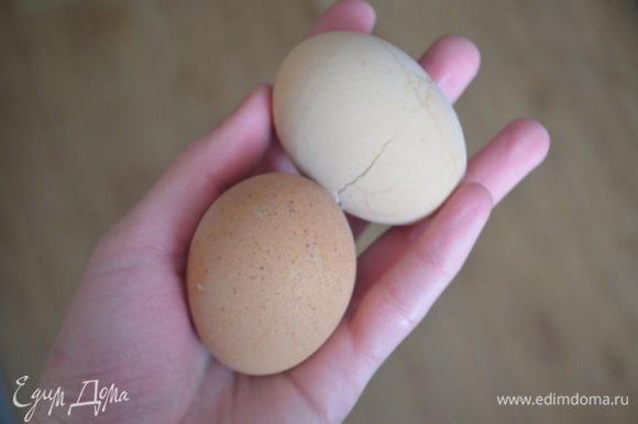Пока тесто поднимается делаем начинку: яйца отварить.