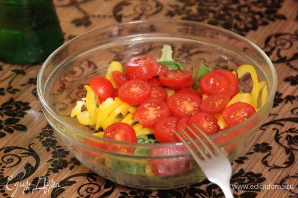 Подаем на больших тарелках с любым свежим салатом. У меня был вот такой.