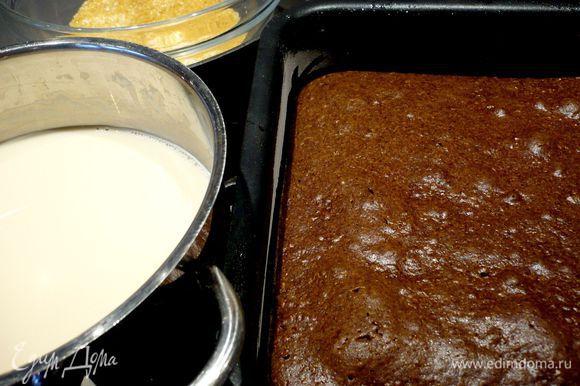 Достаем пирог из духовки, даем ему постоять пару минут, затем осторожно перекладываем его на решетку и даем ему слегка остыть. А пока завариваем два пакетика чая или, если у вас чай развесной, 1 столовую ложку, в поллитре кипятка. Даем настояться в течение 10 минут. Извлекаем чай или процеживаем его. Смешиваем чай с молоком. В отдельной емкости смешиваем два вида сахара. Пирог разрезаем на ромбики.