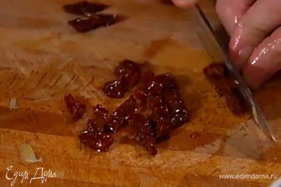 Вяленые помидоры мелко порезать.