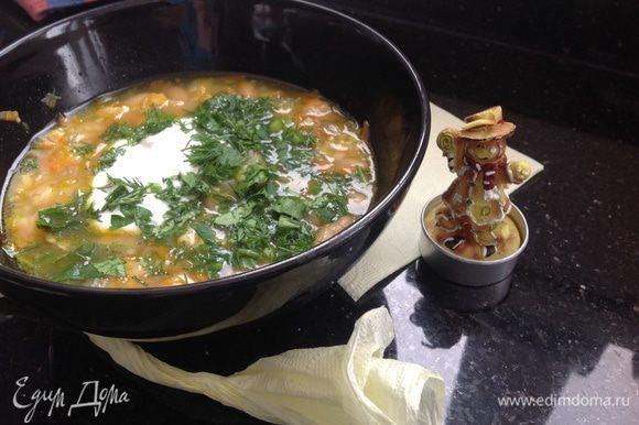 Разлить суп по тарелочкам, добавить мелко рубленную зелень и 1 столовую ложку сметаны.
