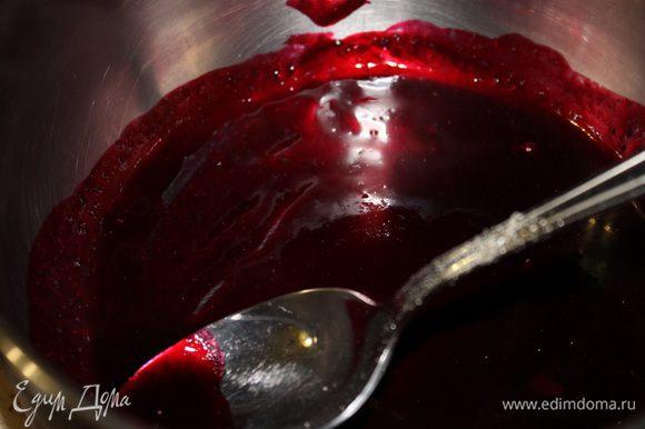 Полученную жидкость прогреваем до горячего состояния, убираем с плиты и добавляем желатин. Хорошо размешиваем, пока желатин не растворится. Остужаем, и теплым желе заливаем паштет. По желанию, сверху можно положить ягодки смородины. Ставим наш паштет в холодильник на ночь.