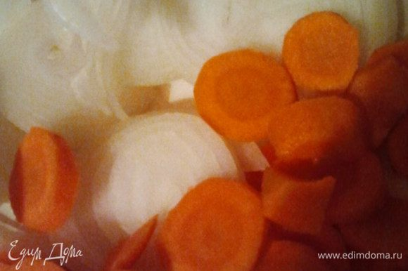 Режем морковь кружочками и репчатый лук колечками.