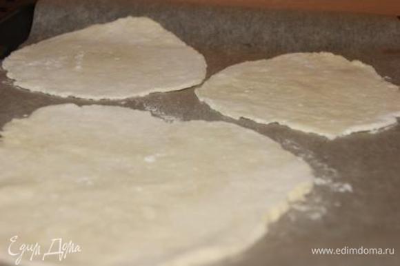 Лепешки выложить на противень, застеленный бумагой для выпечки.