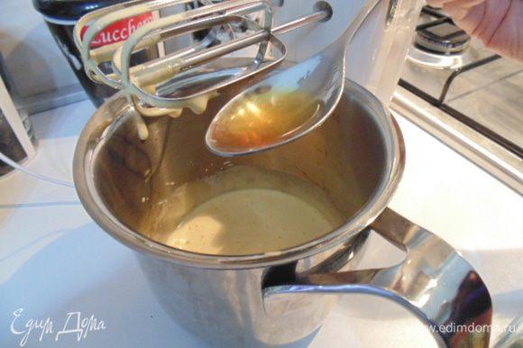 Добавить в желтковую массу коньяк, маскарпоне, молоко и и кофе (холодный). Взбить.
