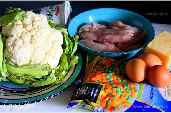 Подготовить продукты. Если хотите подавать запеканку с соусом, подготовьте для него дополнительно: Белый йогурт, соль, перец, зелень, выжатый чеснок.