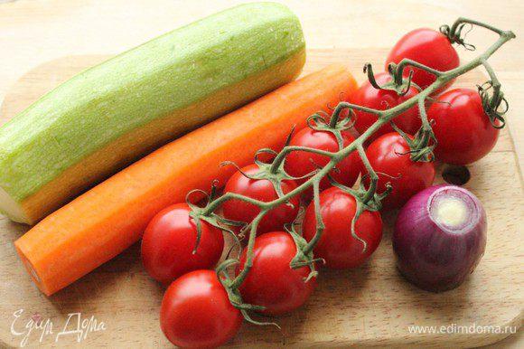 Подготовить овощи для салата... Набор овощей может варьироваться по вашему вкусу в зависимости от сезона. Можно взять цветную капусту, брокколи, баклажан, болгарский перец, спаржу, зеленый горошек или фасоль в стручках...