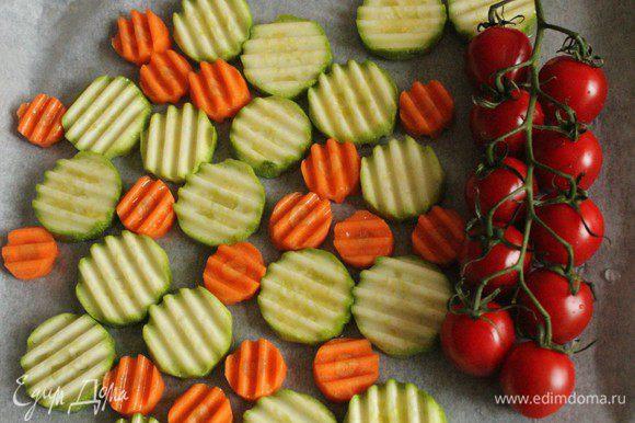 Кабачок, морковь и помидоры выложить на лист пергамента и запечь в духовке на сильном огне...