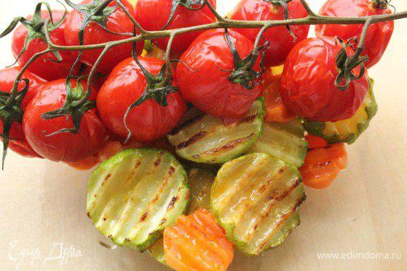 Переложить овощи в чашку и накрыть крышкой или затянуть пленкой на 10-15 минут.