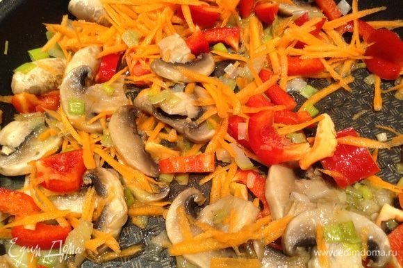 Добавить перец и морковь (морковь натереть на терке).