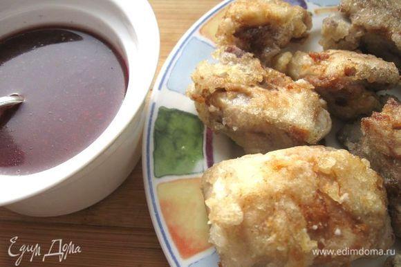 Подать блюдо порционно, полив соусом и украсив малиной и веточками тимьяна.