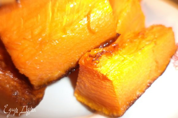 Тыкву нарезать кусочками, выложить на смазанный растительным маслом противень. Сбрызнуть тыкву растительным маслом. Запекать 30 минут при температуре 200 градусов.