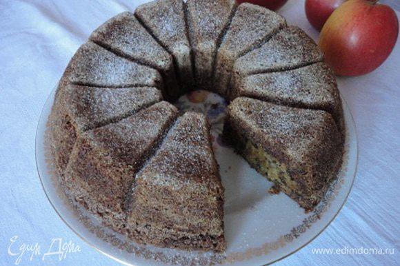 Духовку разогреть до 200 градусов, форму смазать растительным маслом и обсыпать манной крупой. Тесто выложить в форму, разровнять и выпекать 30-35 минут. Вначале на нижнем жаре. Готовый кекс остудить и посыпать сахарной пудрой.