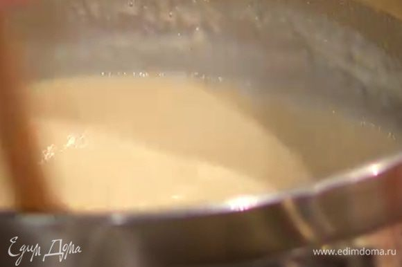 Добавить предварительно размягченное сливочное масло и все перемешать, затем массу немного остудить.