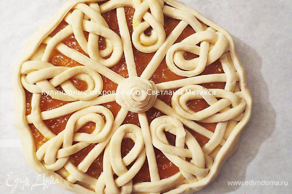 Вырезаем еще одно полоску, шириной 3-4 см и закрываем края пирога. Серединку можно оформить как Вам нравится. Я сделала розочку