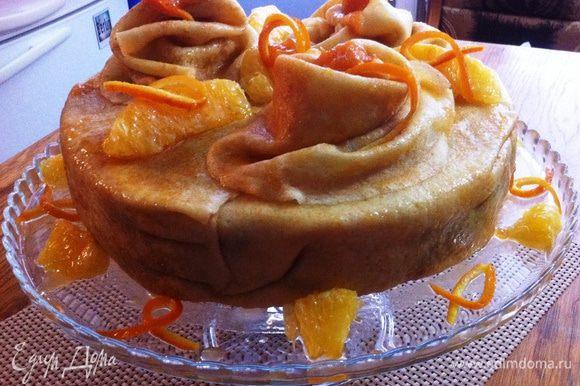 Перед подачей приготовим абрикосовую глазурь: Нагреваем абрикосовый джем до жидкого состояния, добавляем воды и доводим до кипения. Снимаем с огня и даем немного остыть. Торт вынимаем из формы и убираем пленку. Укладываем на свое усмотрение отложенные блины сверху торта. Смазываем со всех сторон глазурью и украшаем апельсиновыми дольками. Либо украшаете на свой вкус и в зависимости от вашей фантазии. Приятного аппетита и вкусной масленицы!!!