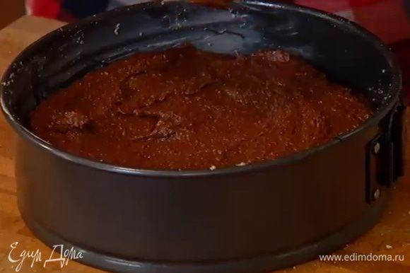 Выложить тесто в форму, разровнять и выпекать в разогретой духовке 35–45 минут.
