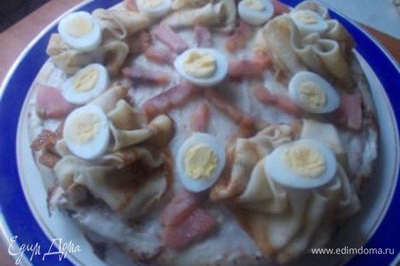 Украшаем торт рыбкой и вареными,перепелиными яйцами. Торт очень вкусный и нежный.