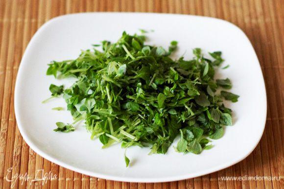 Ну и самая «фишка» блюда: то, что придает ему невероятный аромат и пикантность: свежий базилик. Мелко рубим и добавляем в готовый соус:
