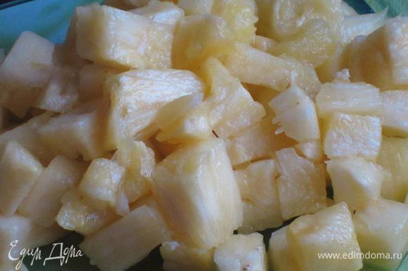 Начинка из ананаса: ананас почистить и нарезать на маленькие кусочки.