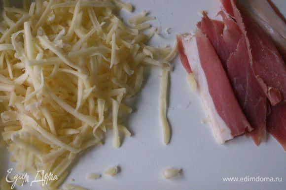 Сыр натереть на терке и нарезать ветчину тонкими полосками.
